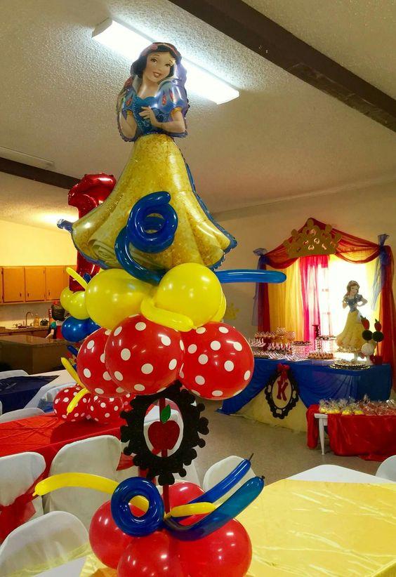 Decoraci n con globos fiesta blanca nieves ideas modernas - Mesa de centro blanca ...