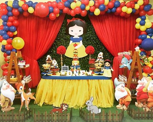 Como decorar la mesa de postres con globos