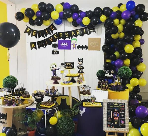 Como decorar mesa de postres de batman con globos