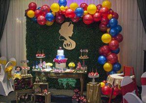 Decoración con globos para una fiesta de blanca nieves