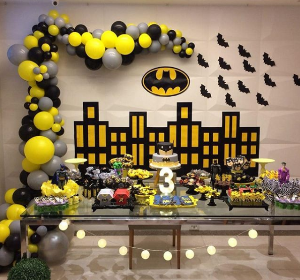 Ideas para decorar con globos con temática de batman