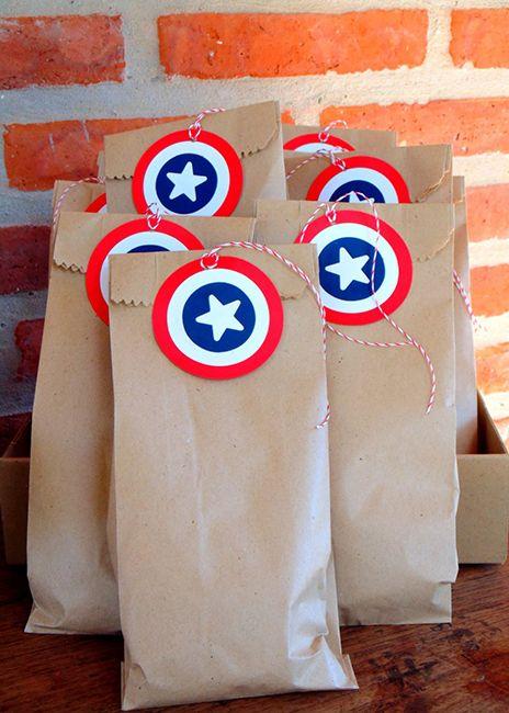 Dulceros hechos con bolsas de papel de Avengers