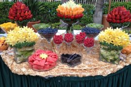 Mesa de postre decorada con fruta