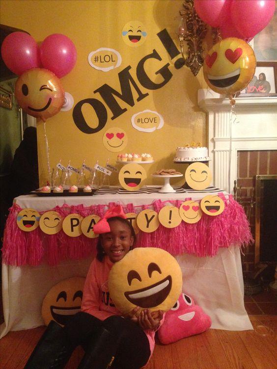 Mesa principal para fiesta de emojis