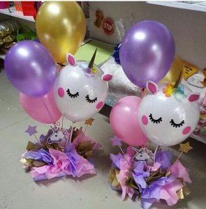 centro de mesa con globos para fiesta unicornio