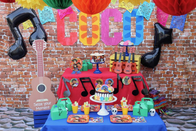 decoracion fiesta mexicana de coco disney con globos