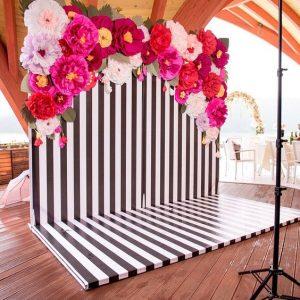 escenario para fotos con flores de papel