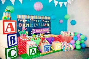 mesa principal para cumpleaños de gemelos
