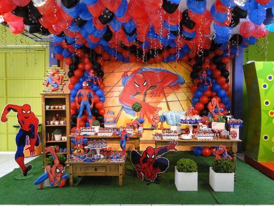 mesa principal de fiesta temática del hombre araña