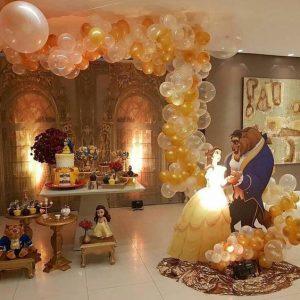 mesa de dulces decorada con globos de bella y la bestia