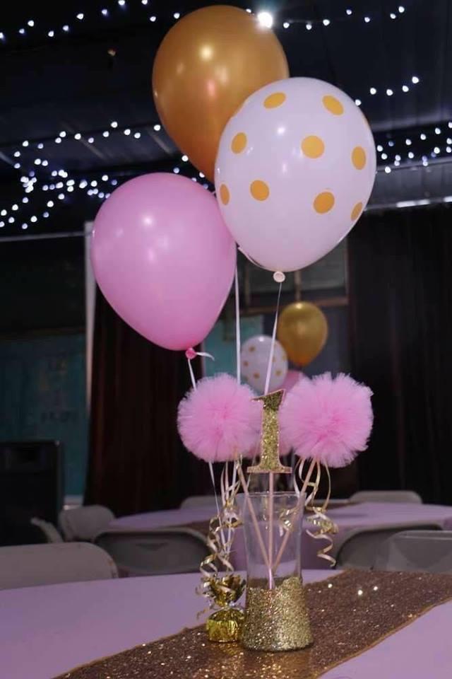 Ideas para centros de mesa de bautizo con globos