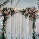 arcos para bodas con flores y telas