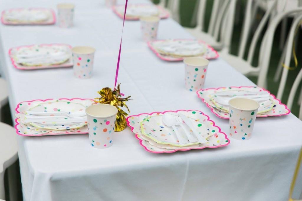 Mesa de postres en fiesta de confeti