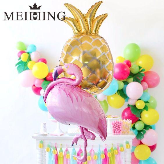 Mesas de postres conglobos de piñas flamingos y frutas